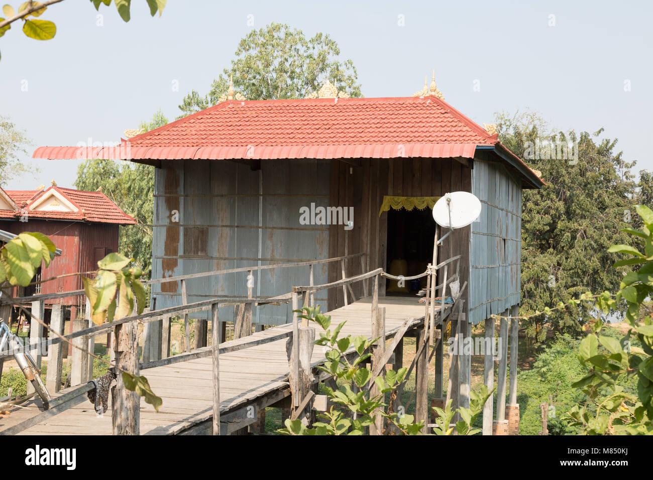 Maison typique dans les régions rurales du Cambodge Le Cambodge, avec la parabole, Kampong Cham, Cambodge Asie Photo Stock