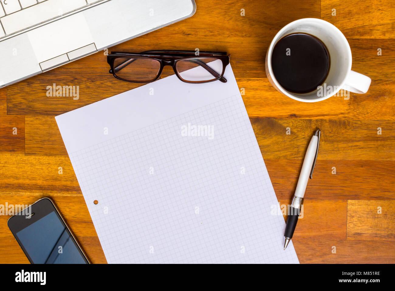 Bureau de travail en bois brun avec ordinateur portable college