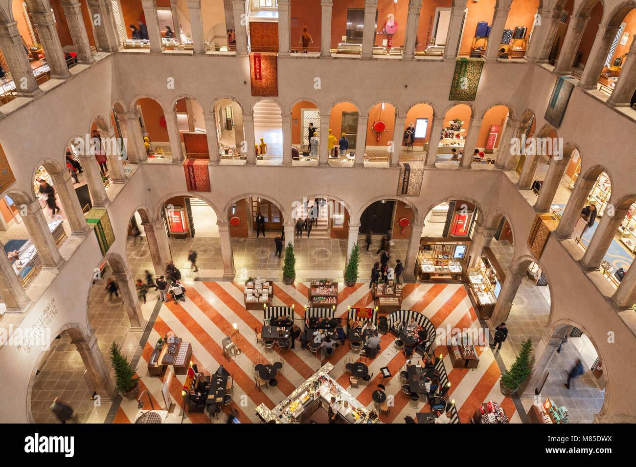 T Fondaco dei Tedeschi intérieur, San Marco, Venise, Vénétie, Italie. Ce magasin de luxe est situé Photo Stock