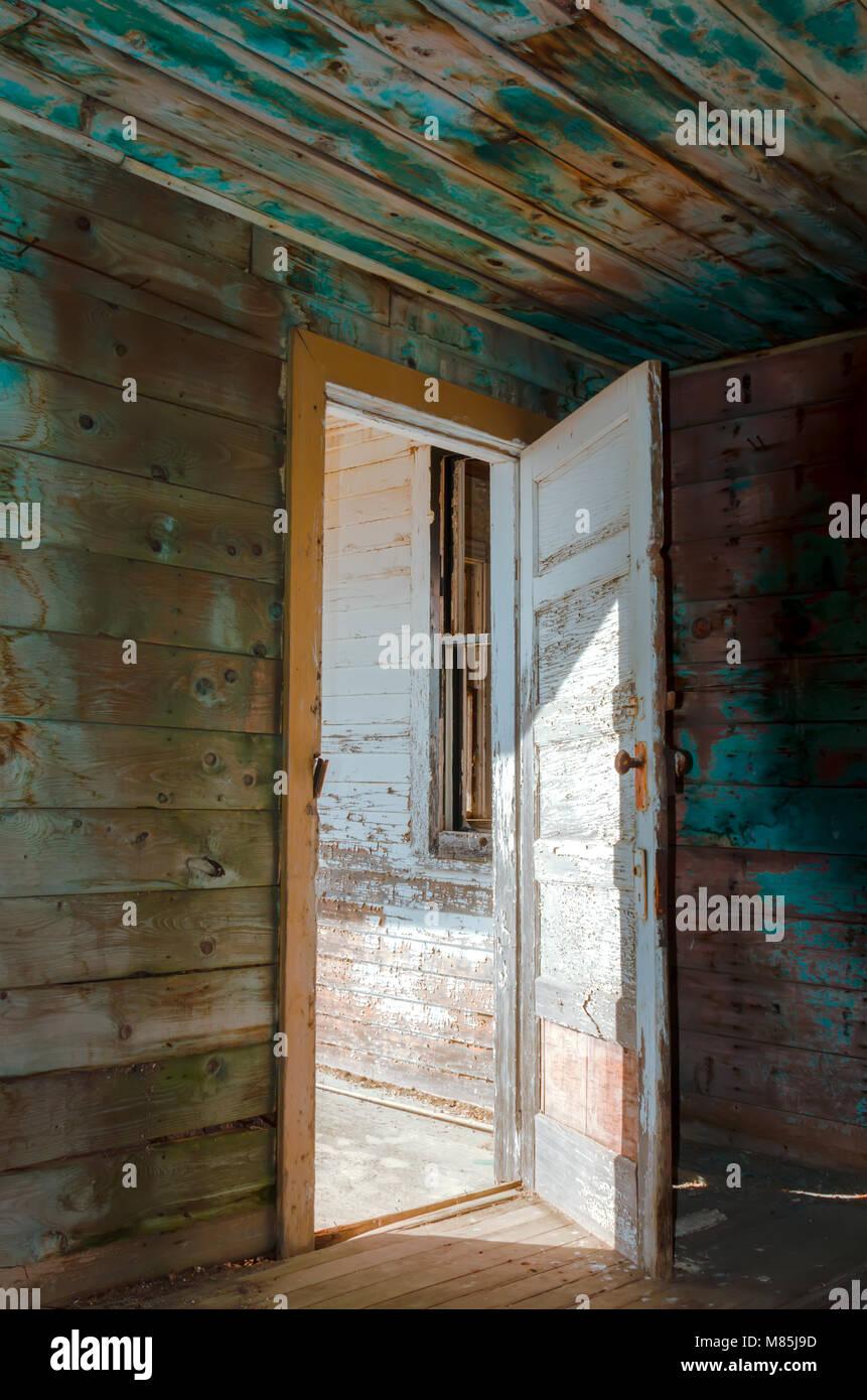 entre ouverte vieux avec de la peinture une porte avant en bois pour la maison le sol et les murs lintrieur une fentre sans lunettes des ombres