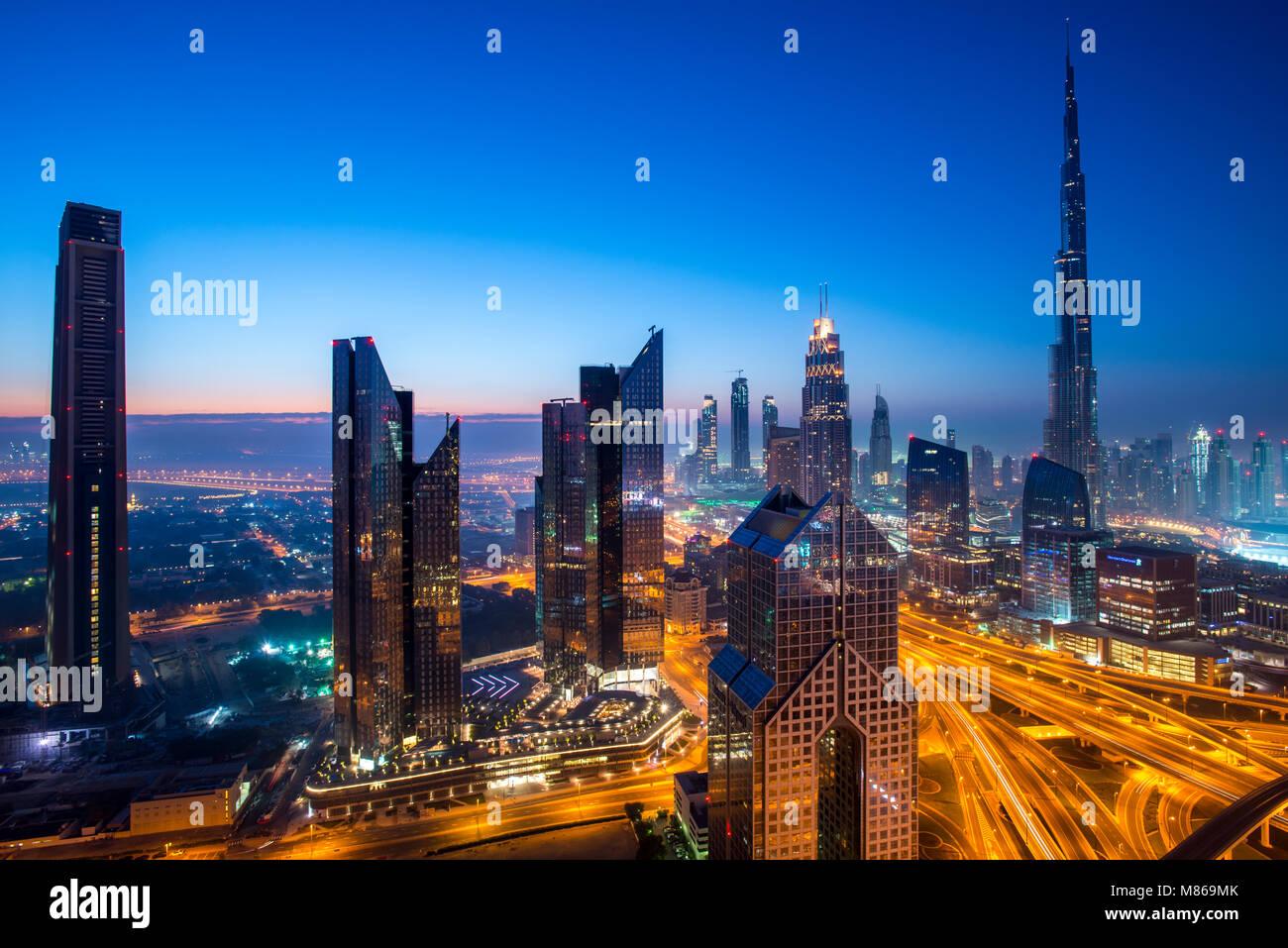 Cityscapes par jour et nuit, avec Singapour ou Dubaï. Pour Singapour, avec Marina Bay Sands par le port. Dubai dispose Banque D'Images