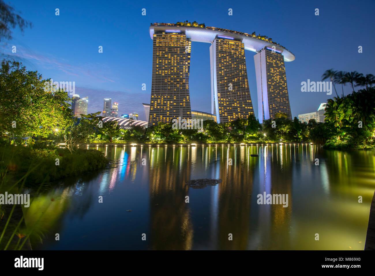 Cityscapes par jour et nuit, avec Singapour ou Dubaï. Pour Singapour, avec Marina Bay Sands par le port. Dubai Photo Stock