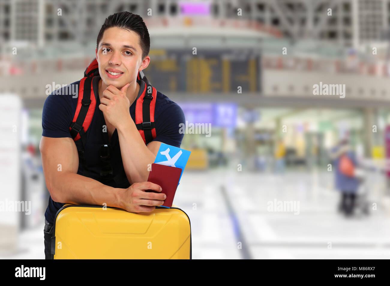 Jeune homme ticket vol aéroport vol voyage voyage assurance locations de vacances bagages enregistrés Photo Stock
