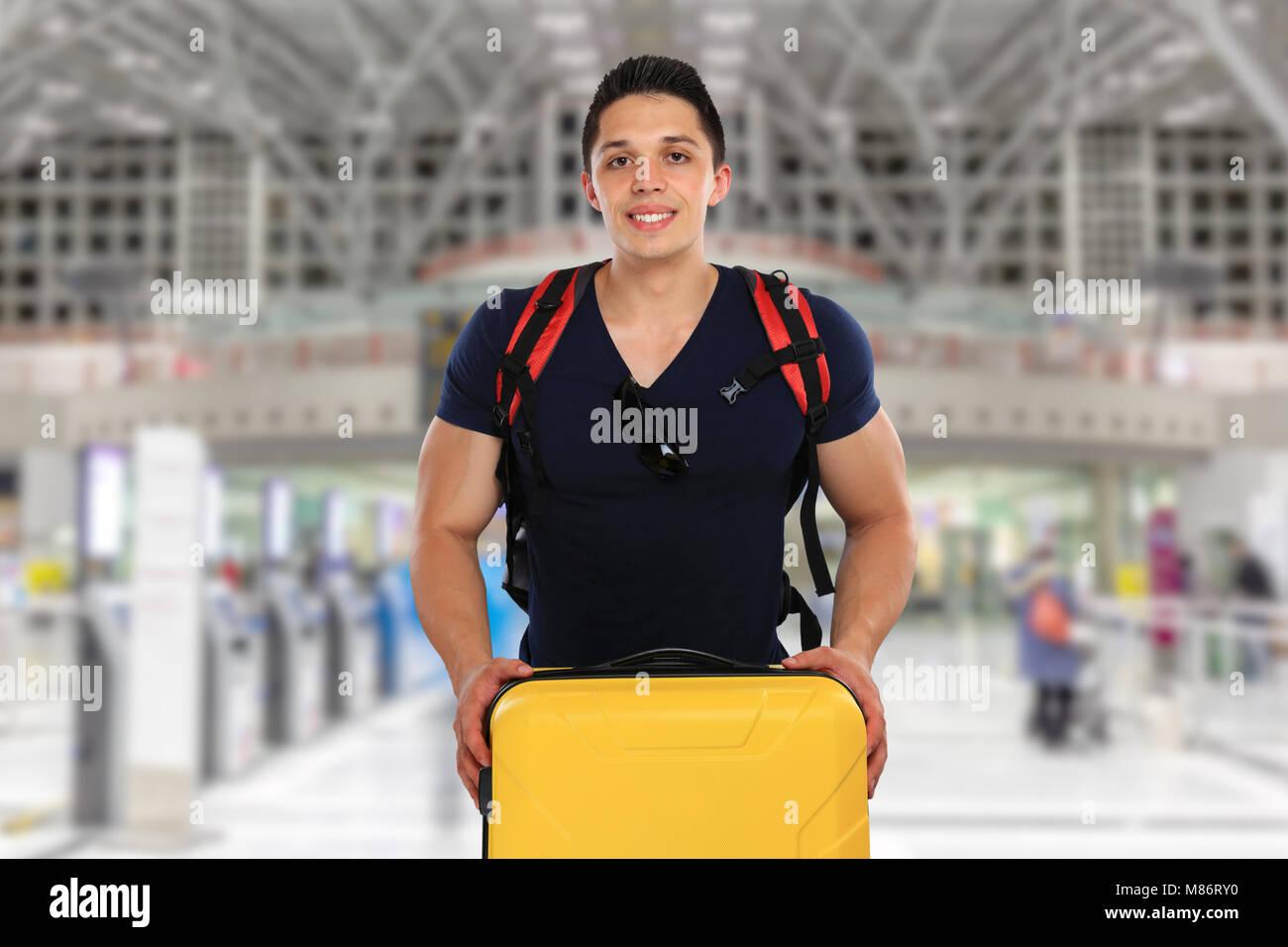 Jeune homme avec une assurance bagages sac de voyage vol aéroport locations de vacances fly Photo Stock
