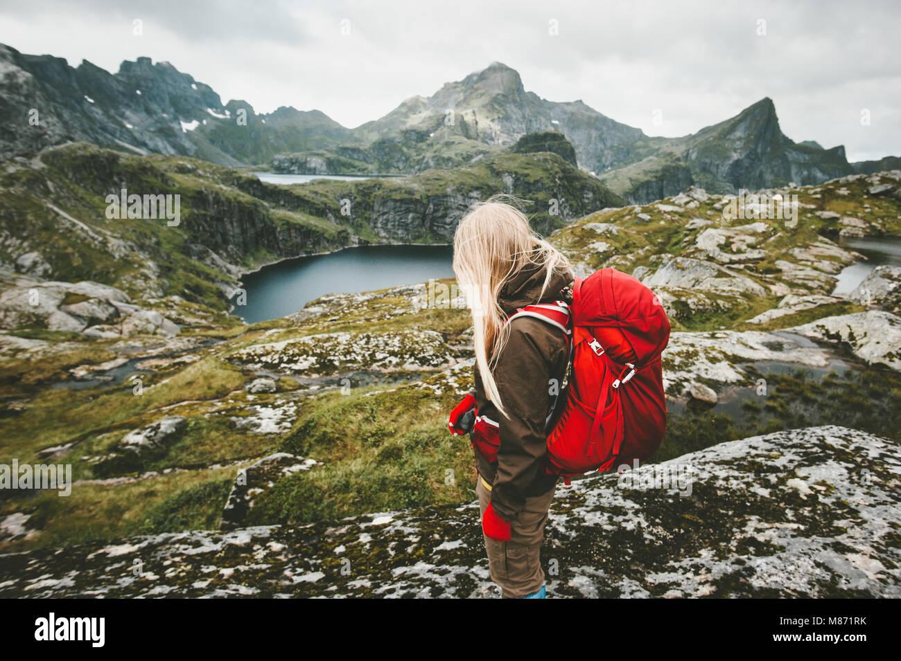 Femme avec sac à dos rouge touristiques randonnées en montagne Norvège voyages aventure concept active Photo Stock