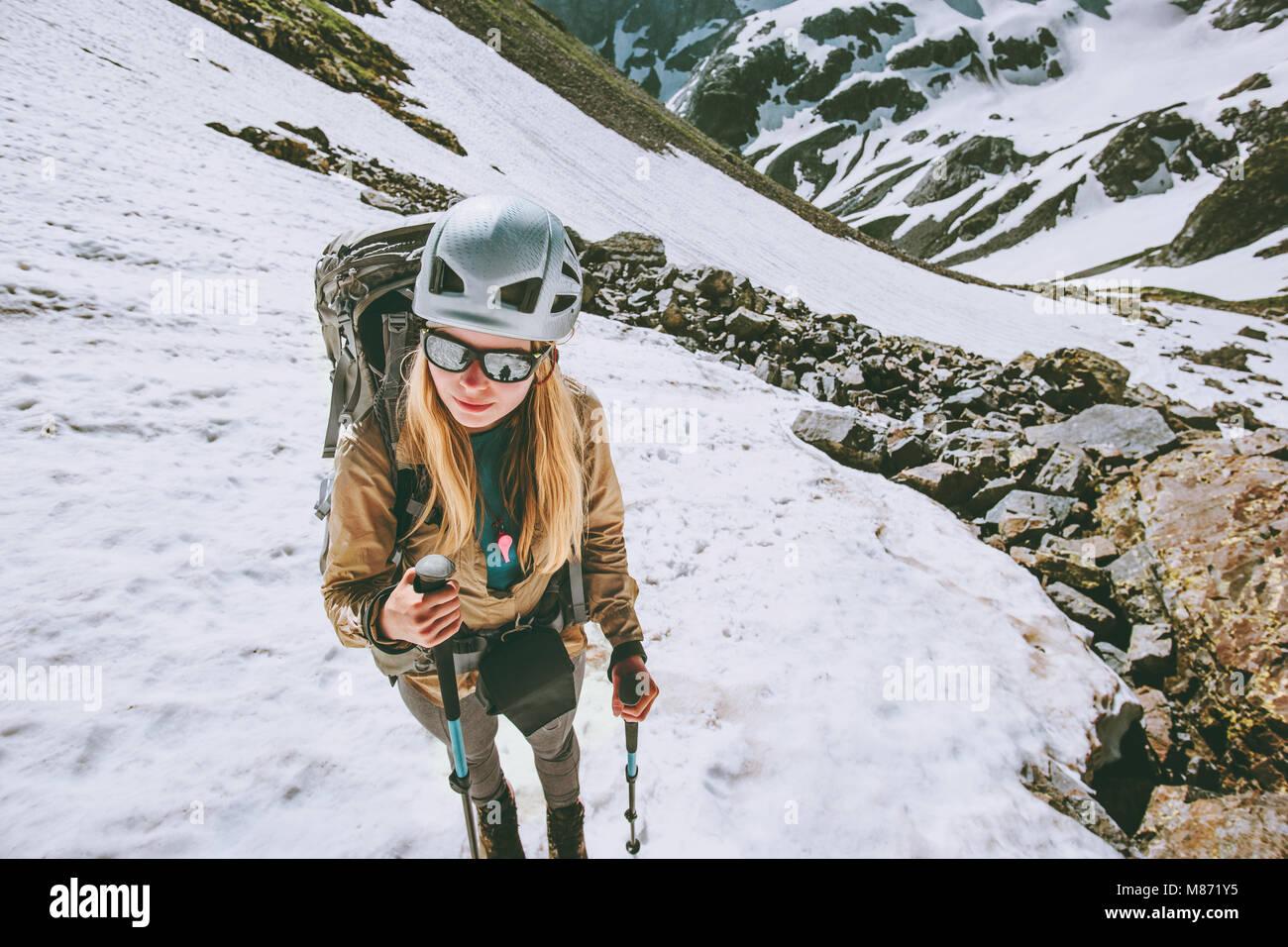 Randonnées en montagne femme grimpeur avec sac à dos et casque de voyage d'aventure de style de vie Photo Stock