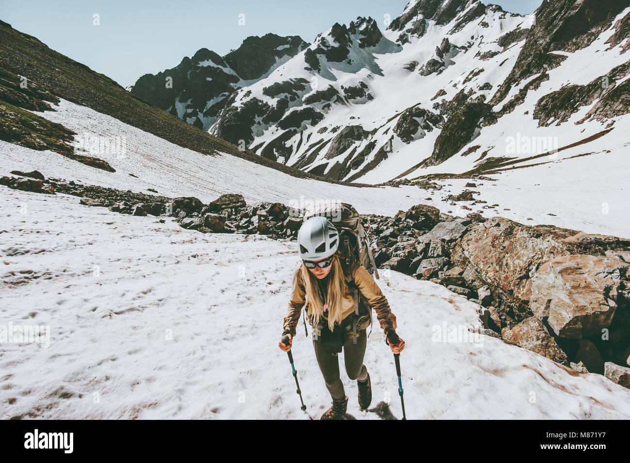 Femme active randonnées en montagnes de neige aventure vie voyage vacances extrêmes de l'équipement Photo Stock