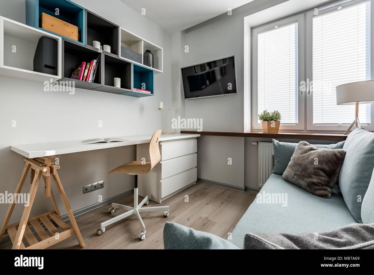Chambre simple avec bureau lumineux bureau chaise en bois blanc