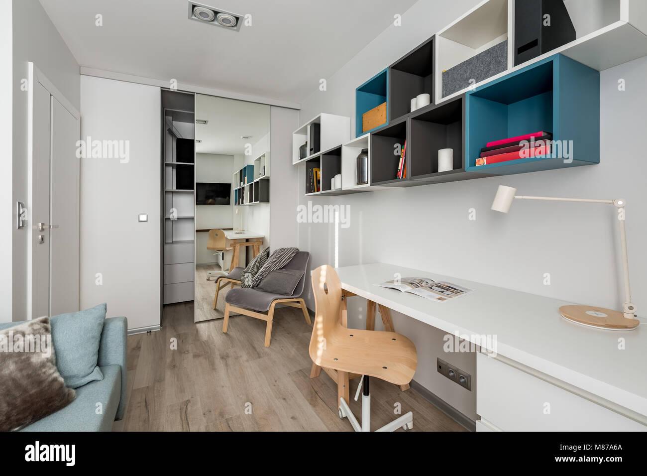 Bureau moderne avec bureau chaise en bois blanc et étagères