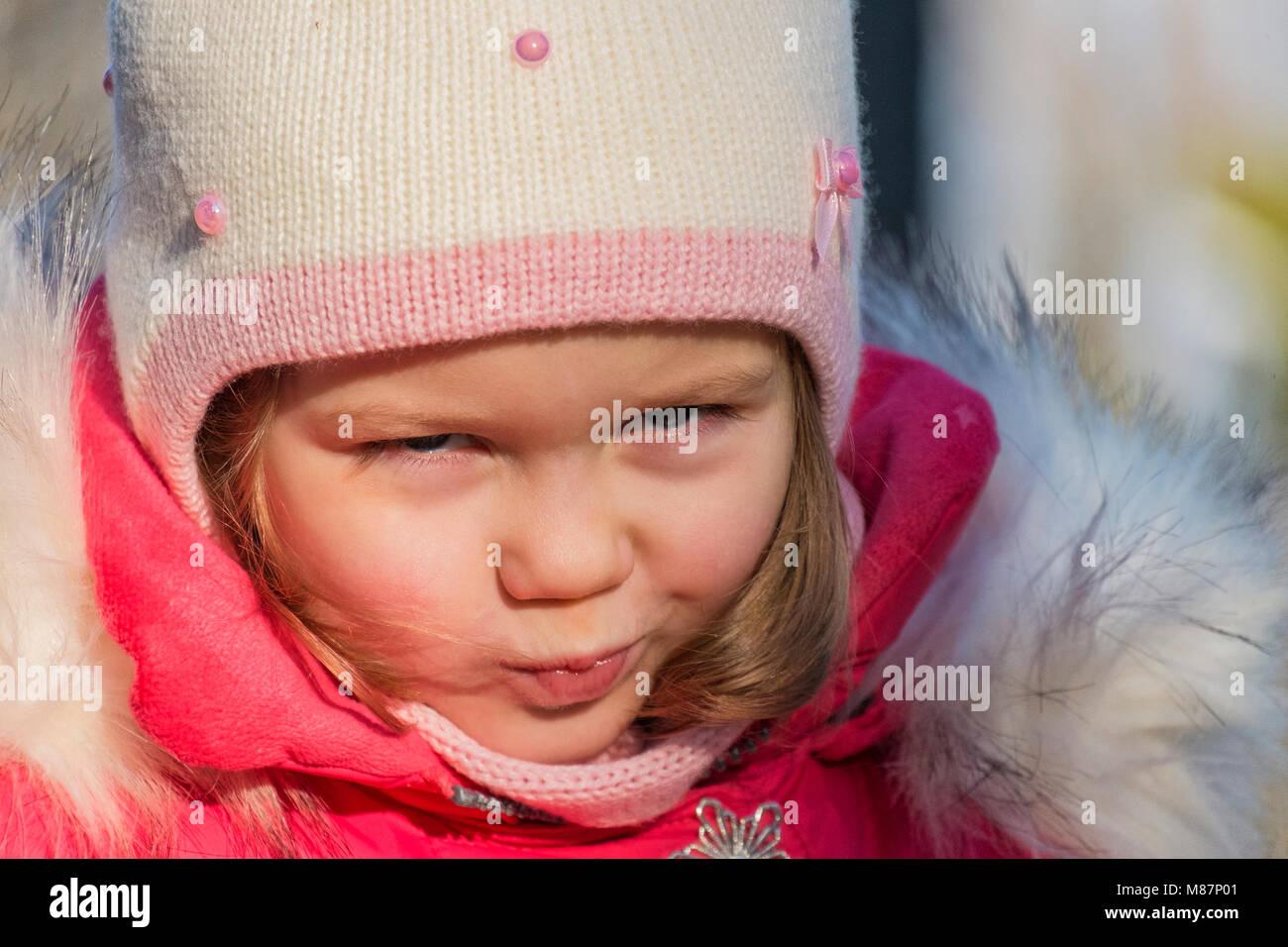 Portrait d'une petite fille dans des vêtements d'hiver Photo Stock