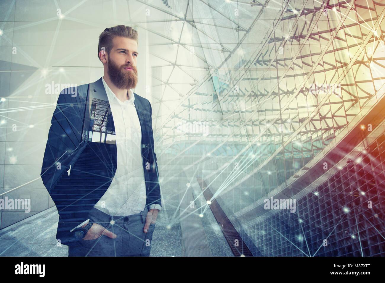 Businessman semble bien pour l'avenir. Concept de l'innovation et de démarrage Banque D'Images