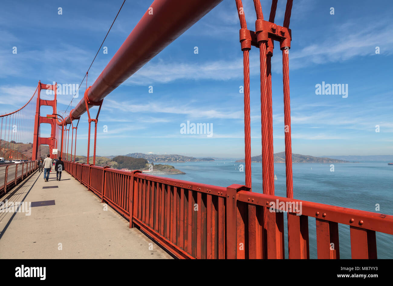 Golden Gate Bridge et les piétons, surplombant la baie de San Francisco, Californie, États-Unis. Photo Stock