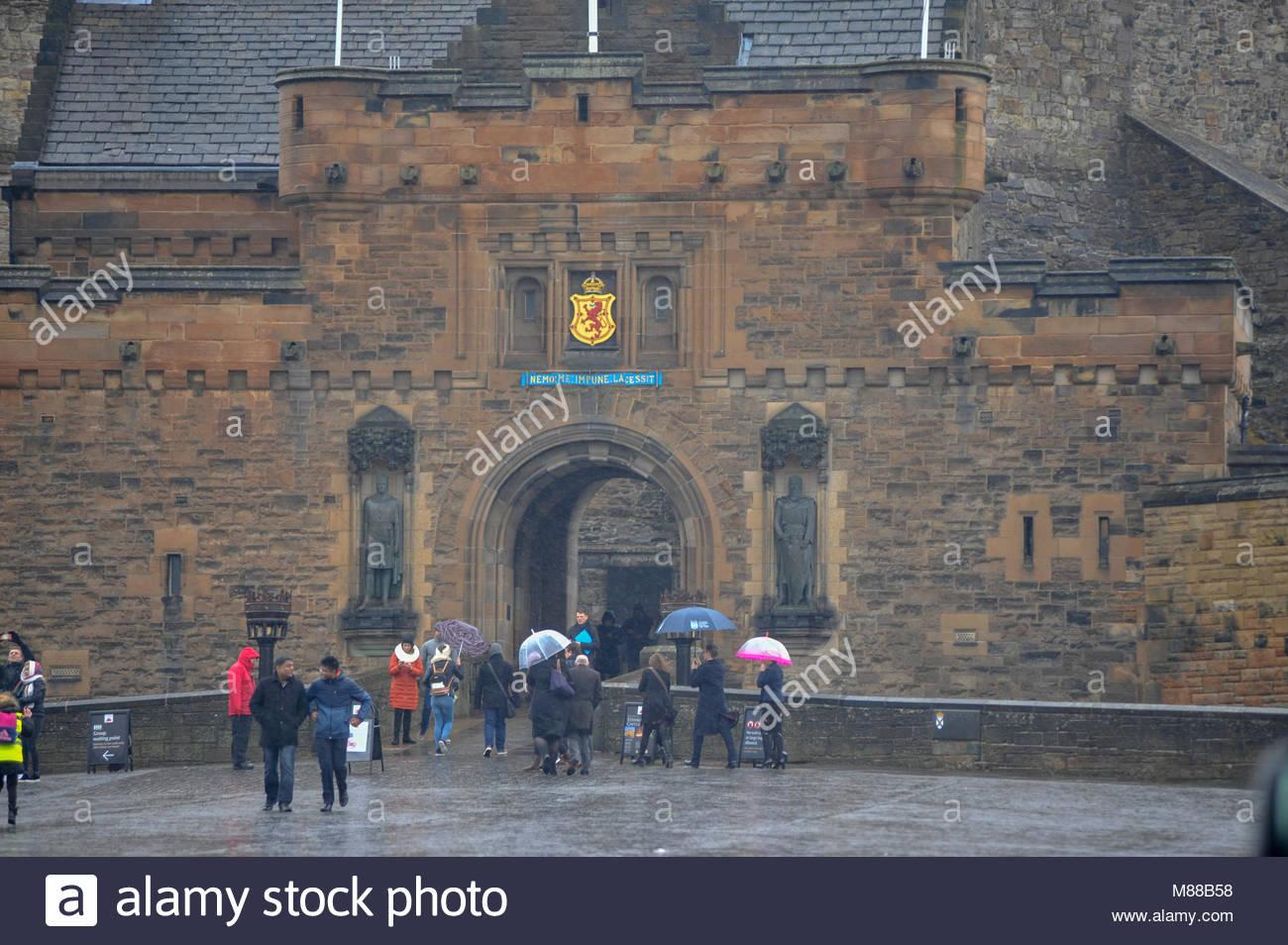 Edinburgh, Royaume-Uni. 16 mars, 2018. Le Château d'Édimbourg qui continue d'être payé Photo Stock