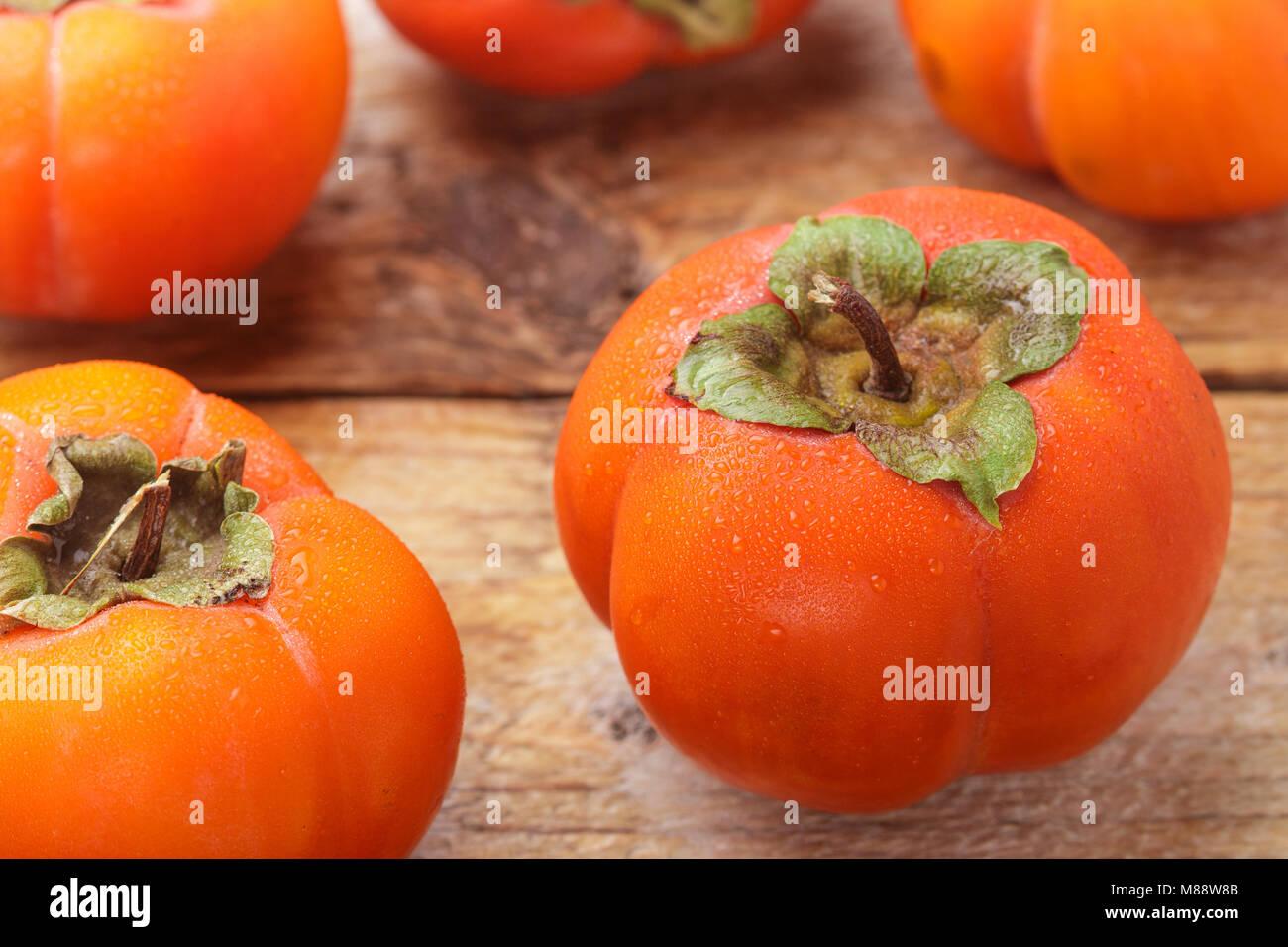 Kaki frais mûrs avec des gouttes d'eau. Selective focus Photo Stock