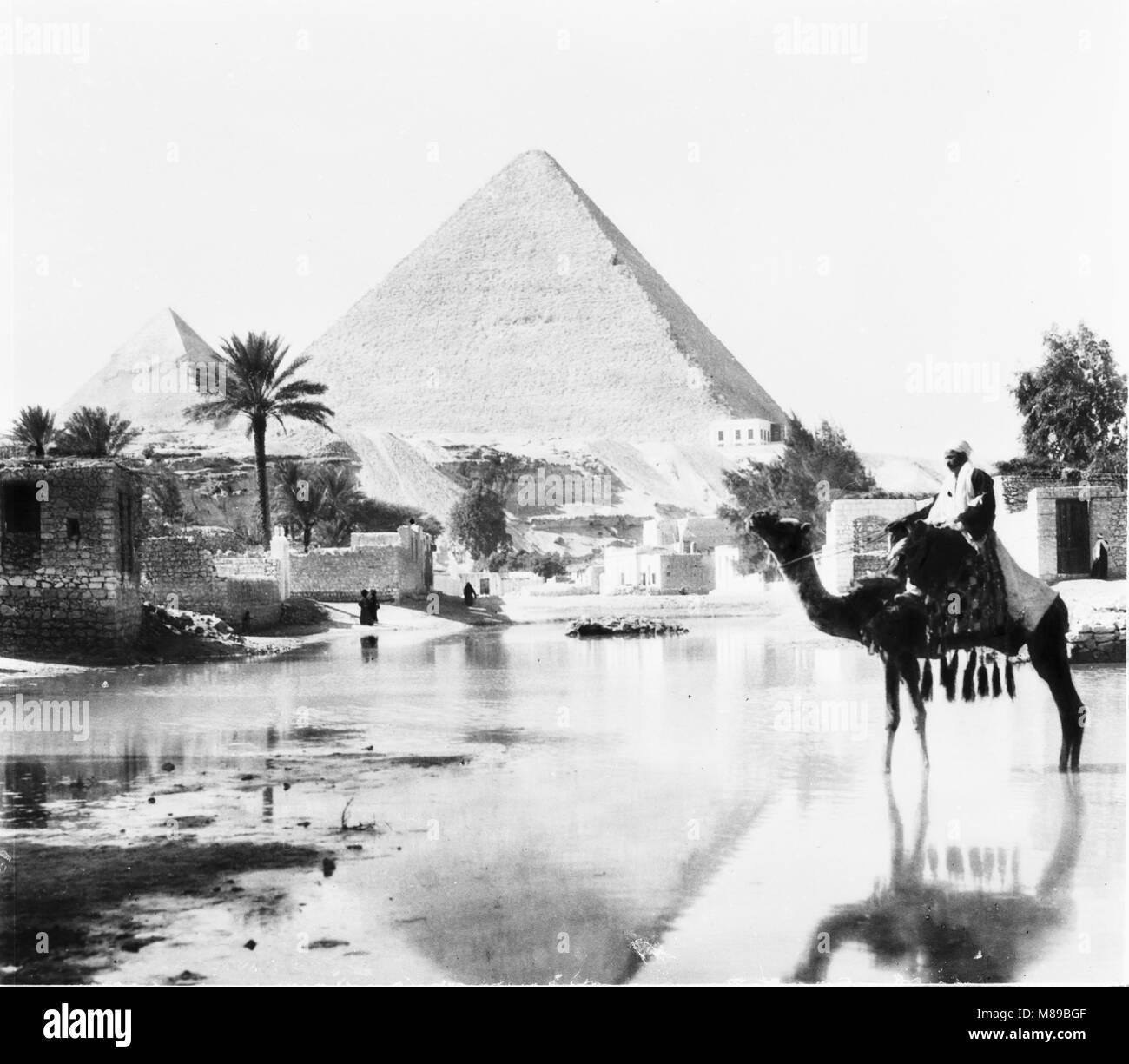 Pyramides de Gizeh, en Egypte, par Burton Holmes, 1906 Banque D'Images