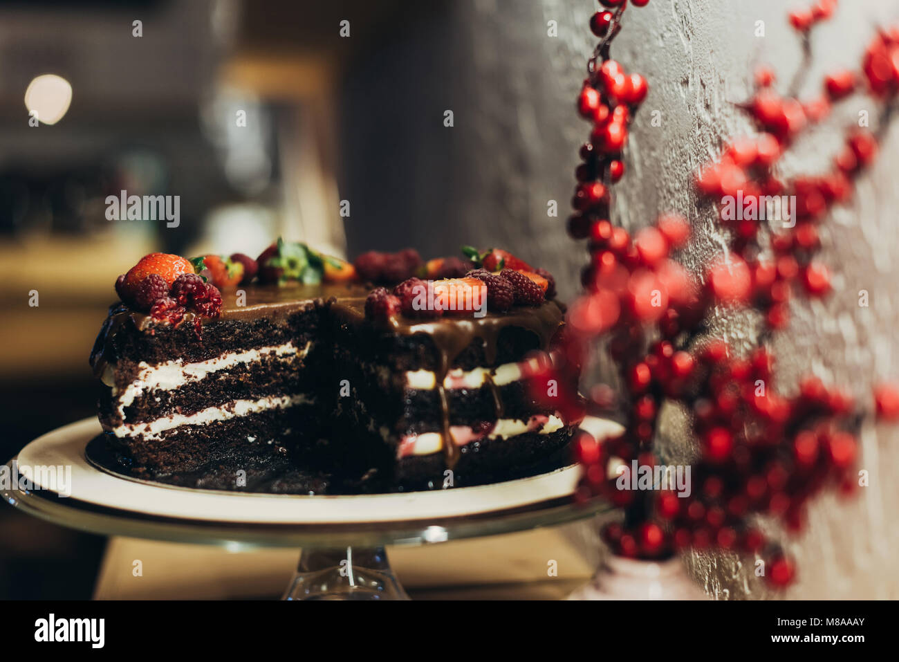 Gâteau au chocolat on cake stand Photo Stock
