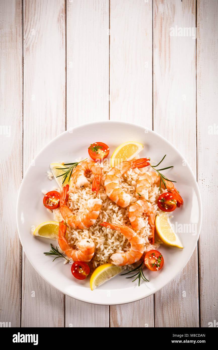 Les crevettes avec du riz blanc et des légumes Photo Stock