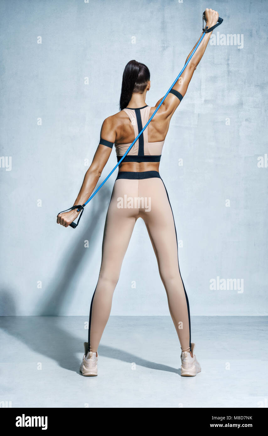 Fille Fitness Photo fitness petite fille effectue des exercices pour les muscles du dos