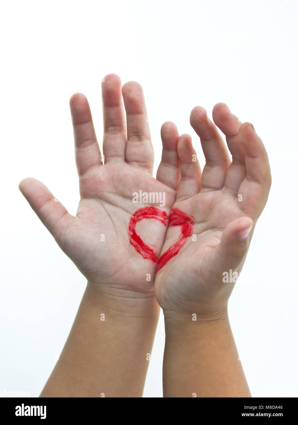 Coeur dans les mains. La Saint-Valentin, la romance, l'amour concept Photo Stock