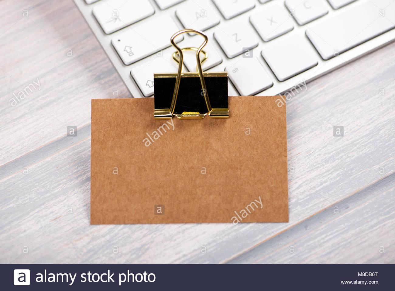 carte de visite en couleur brun doré avec le collier sur le clavier