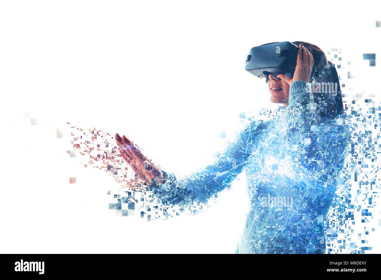 Une personne en lunettes virtuelle vole aux pixels. La femme avec des lunettes de réalité virtuelle. La Photo Stock