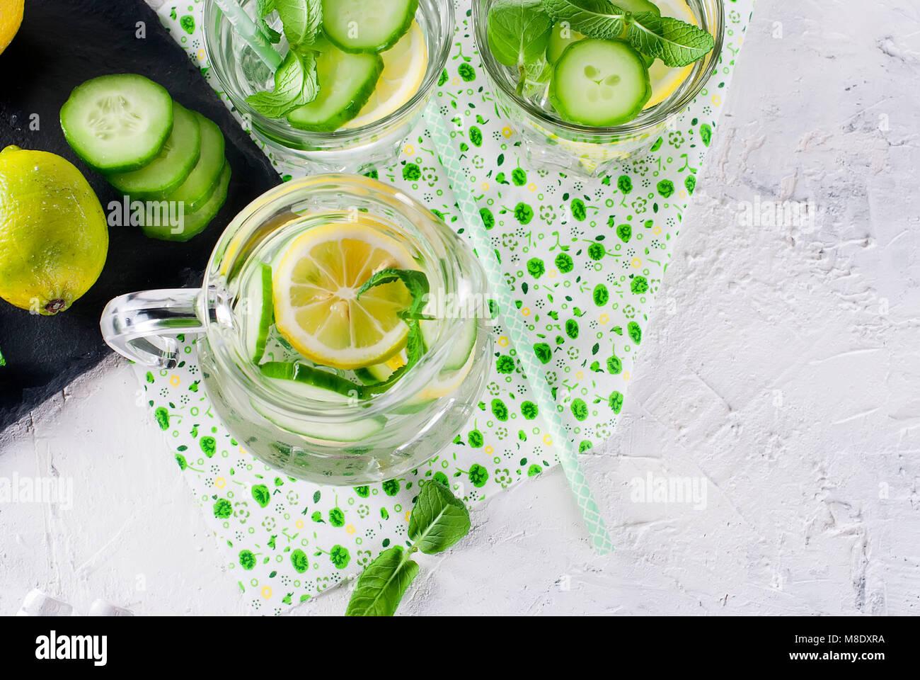 Cocktail de concombre rafraîchissant, limonade, de désintoxication de l'eau dans un verre sur un fond Photo Stock
