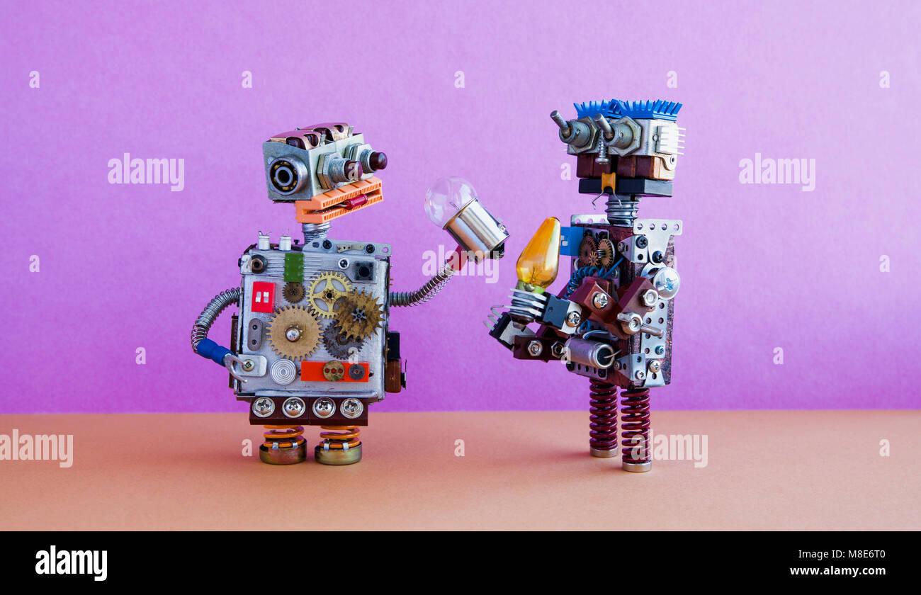 La communication, l'intelligence artificielle des robots concept. Deux personnages robotiques avec ampoules. Photo Stock