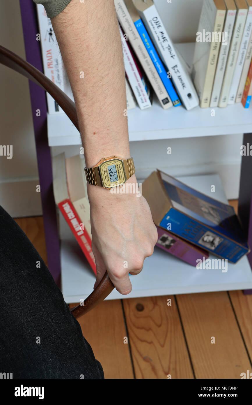 Le Portant Montre Une Homme Bracelet D Bras D'un Banque kOuXZiP