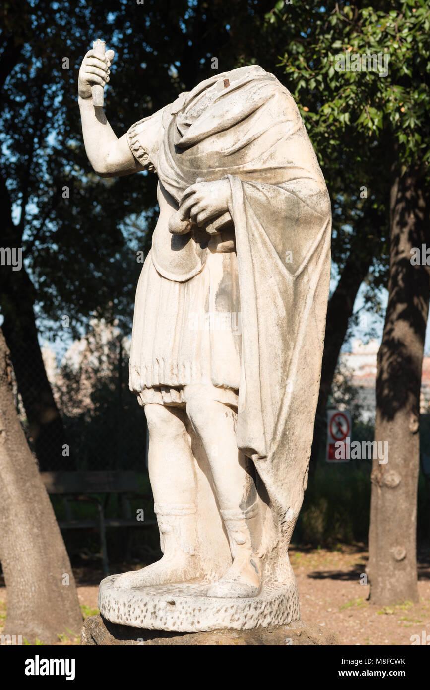 Une sculpture sans tête sur le Mont Palatin, Rome, Latium, Italie. Photo Stock
