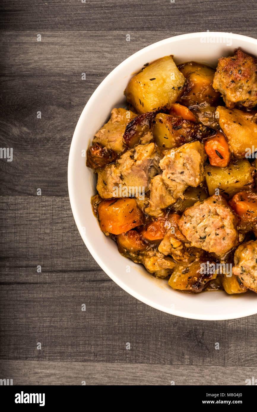 Style anglais britannique ou du porc rôti lentement et de farce en casserole contre une table de cuisine Top Photo Stock