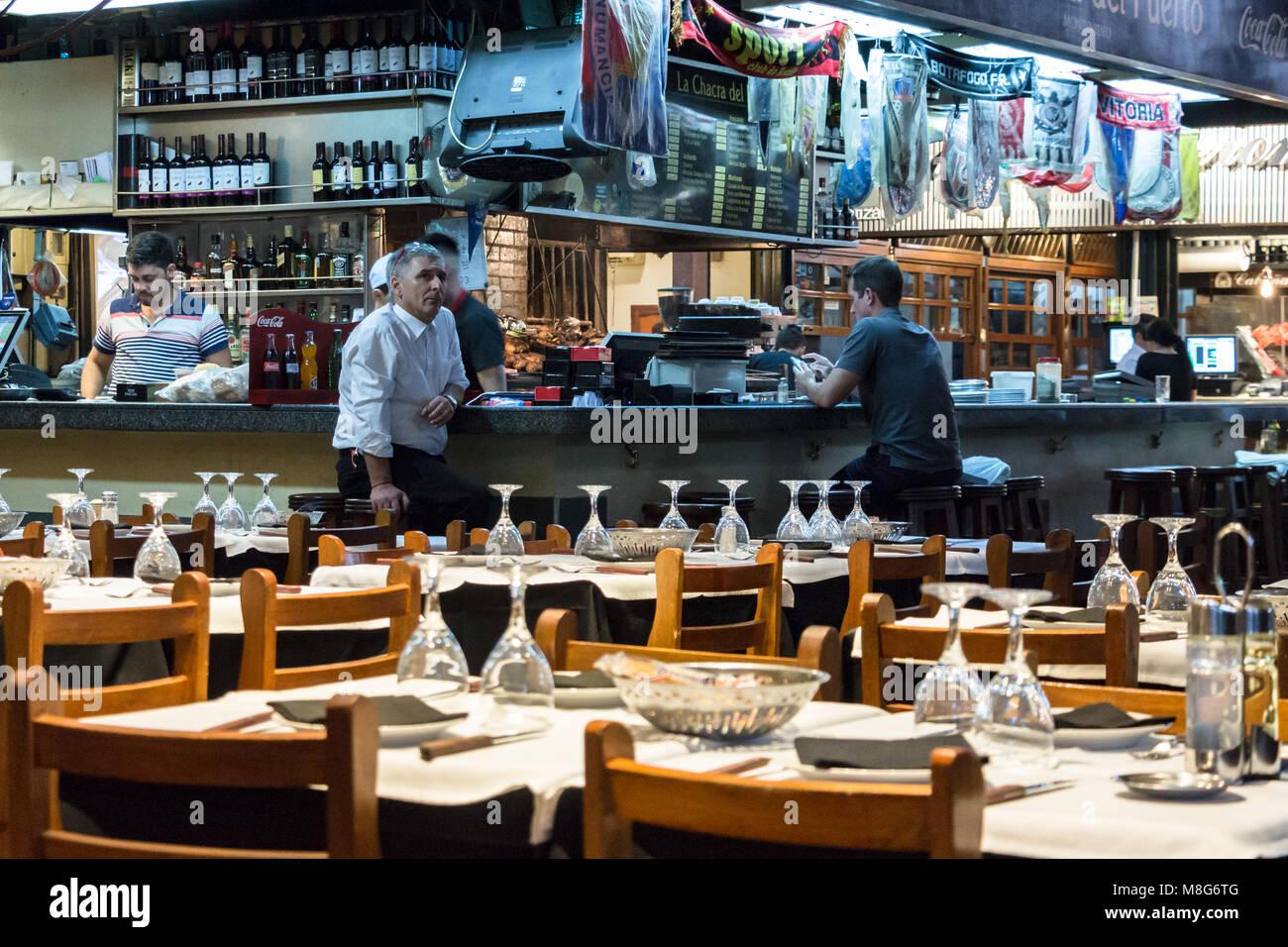 Montevideo, Uruguay - 25 Février 2018: Les clients assis au comptoir avec tabourets à un restaurant Photo Stock