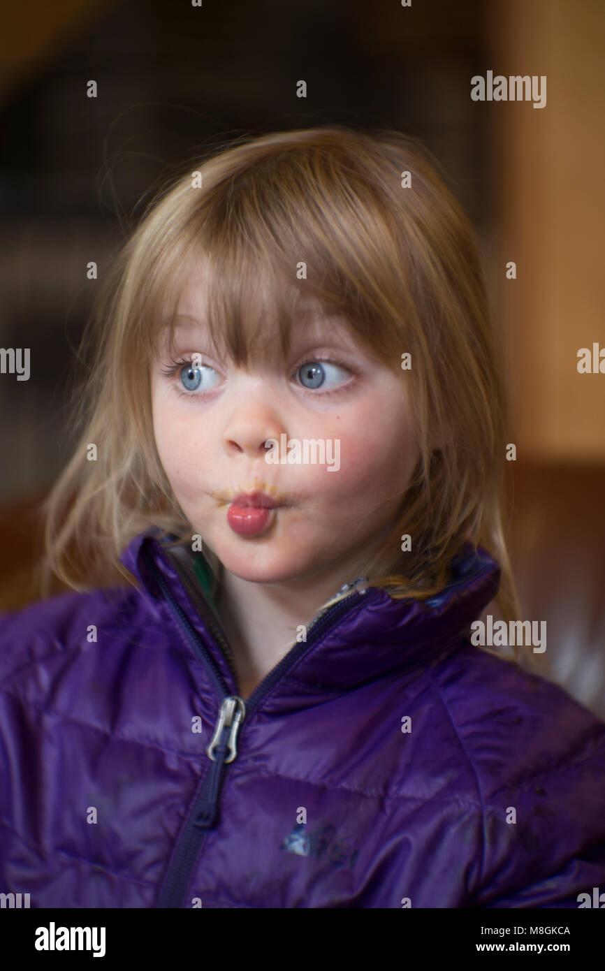 Portrait D'une Aux Blonds Fille Et Cheveux Jeune Candid b6yYg7f