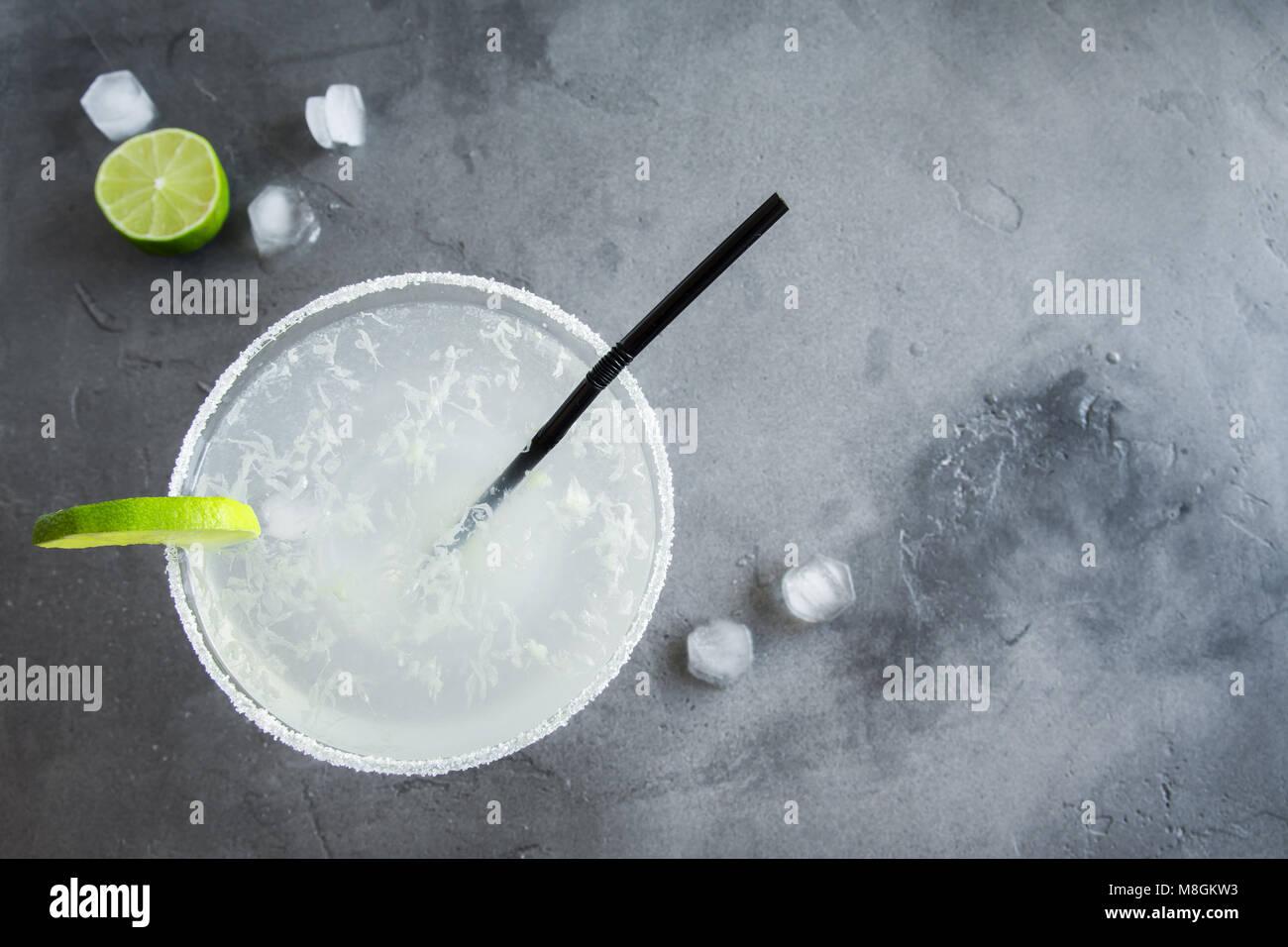 Marguerite Сocktail avec de la chaux et de la glace sur fond de béton gris, copiez l'espace. Margarita classique ou Daiquiry Cocktail. Banque D'Images