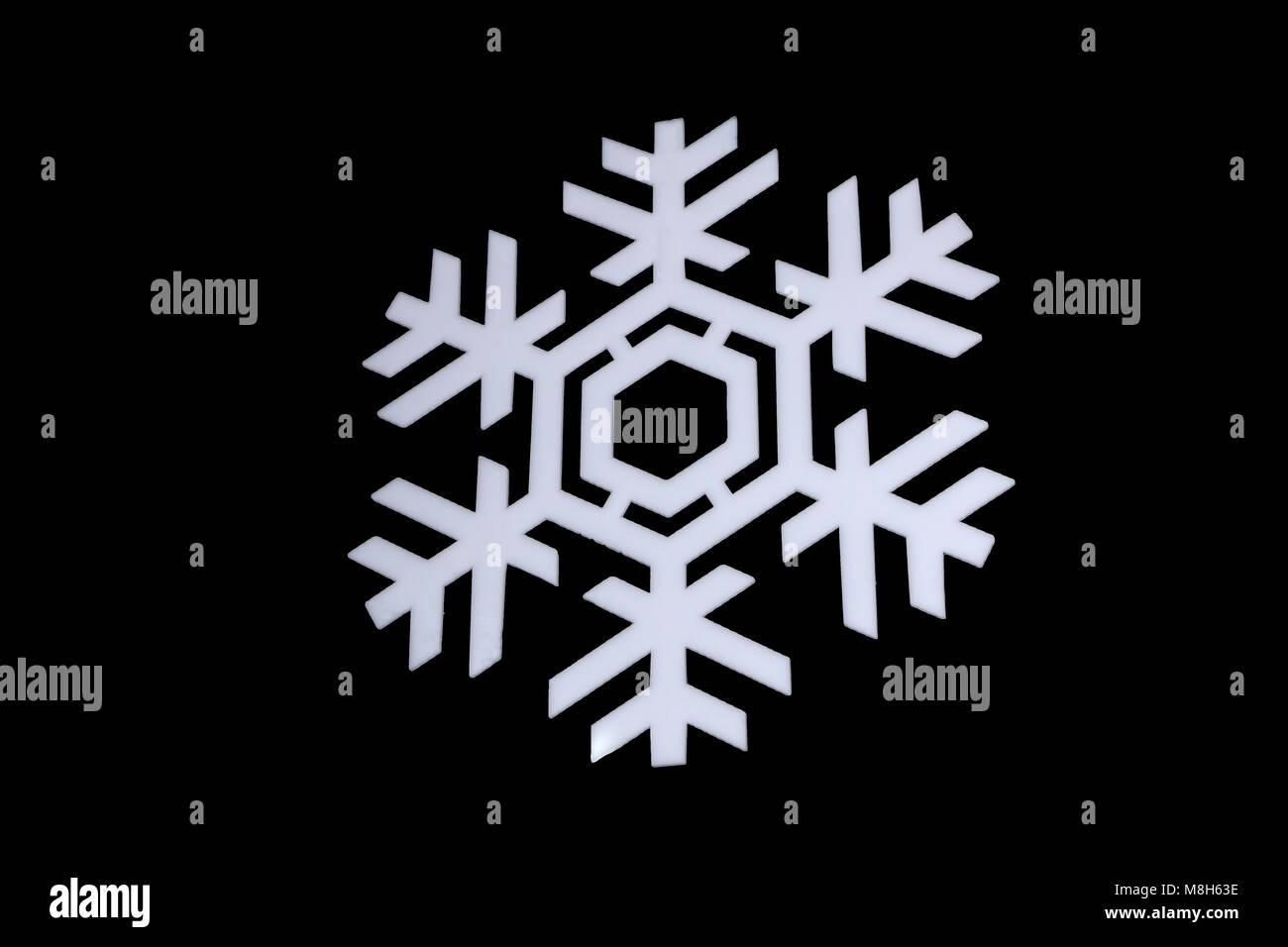 Snowflake isolé sur fond noir: macro photo d'un cristal de neige, capturé sur le verre avec Photo Stock