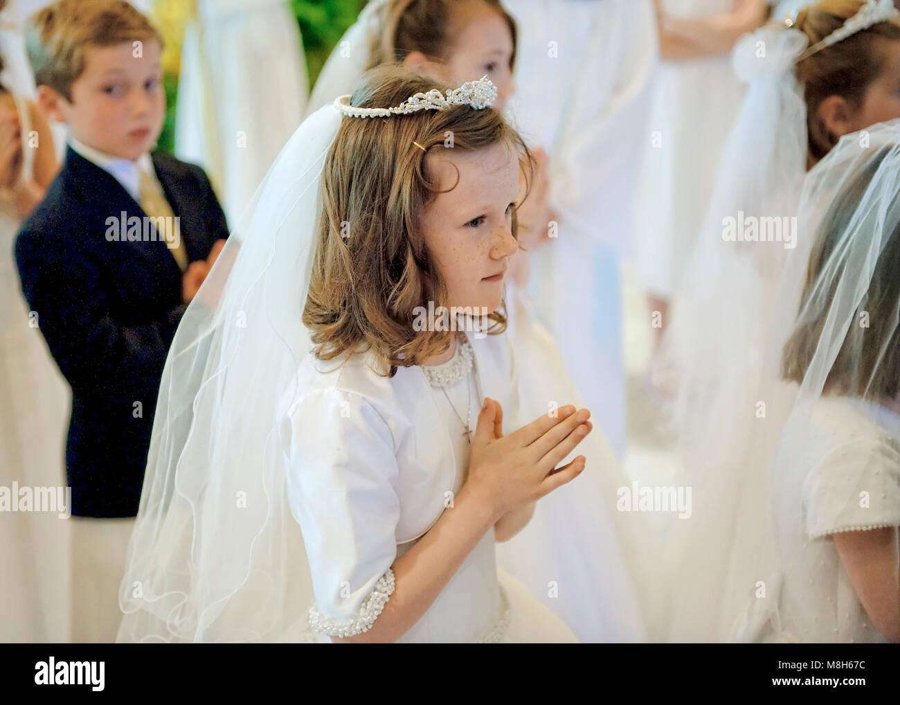 Garçons et filles catholiques recevant le Sacrement de la première communion. Photo Stock