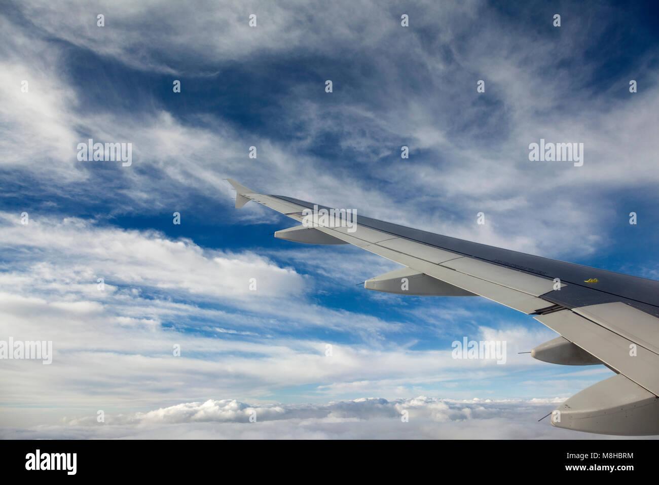 Vue depuis la fenêtre d'un avion, tout en volant au-dessus de la Suisse. Banque D'Images