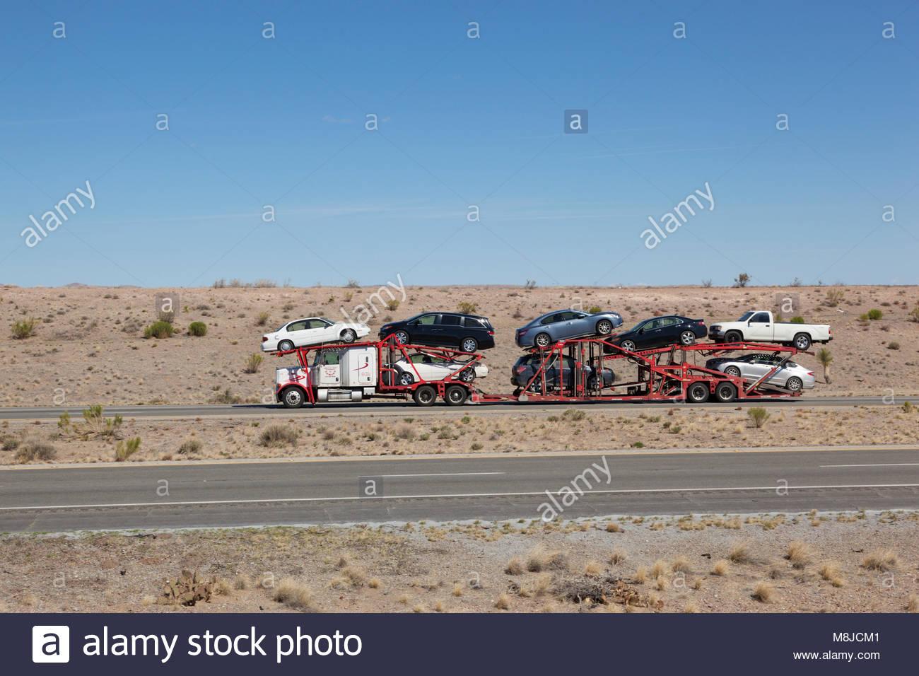 Tracteur avec semi-remorque transporteur voiture chargée avec l'automobile sur l'autoroute inter-états Photo Stock