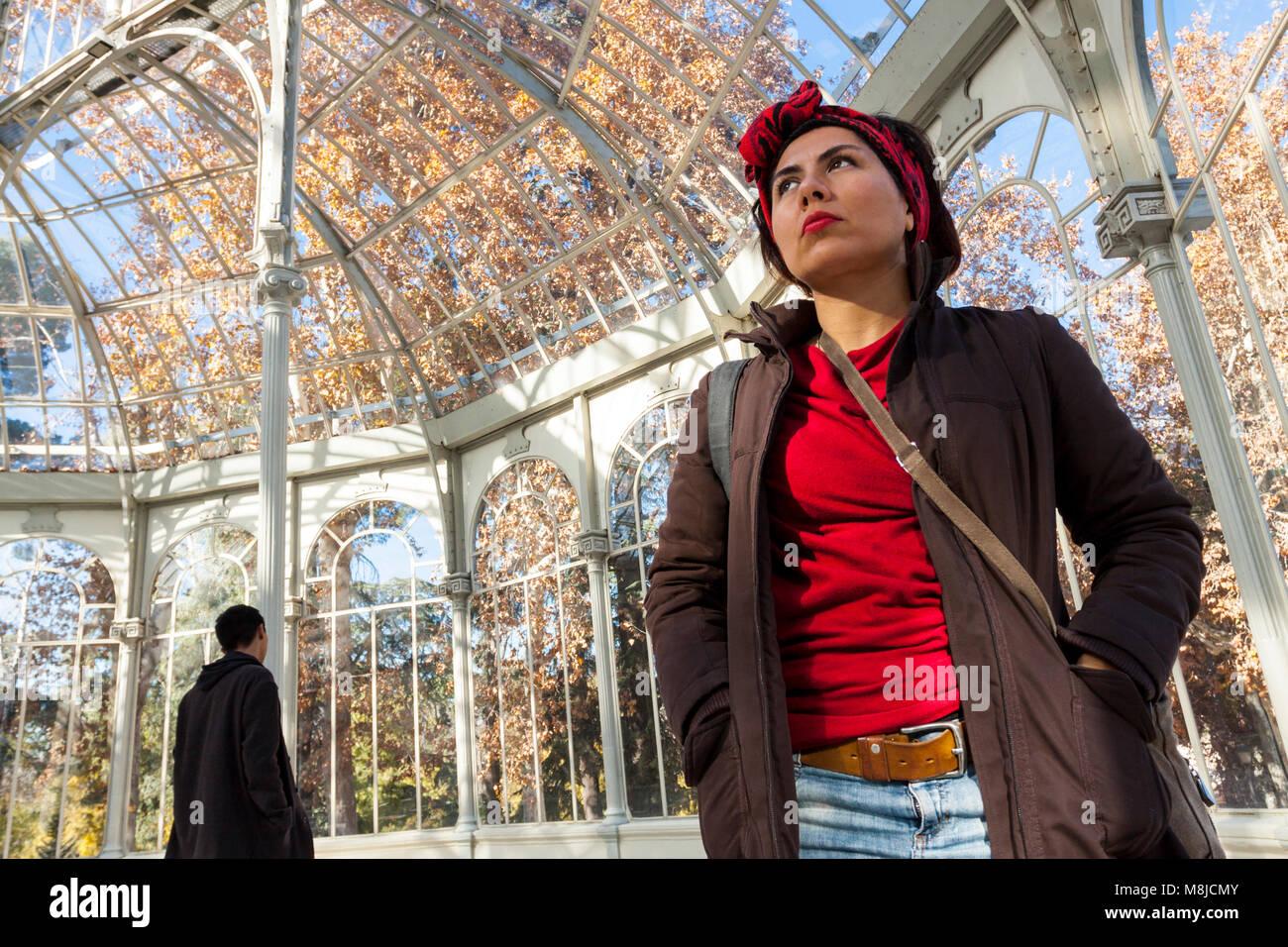 Jeune latina à à l'intérieur du palais de cristal. Madrid. Espagne Photo Stock