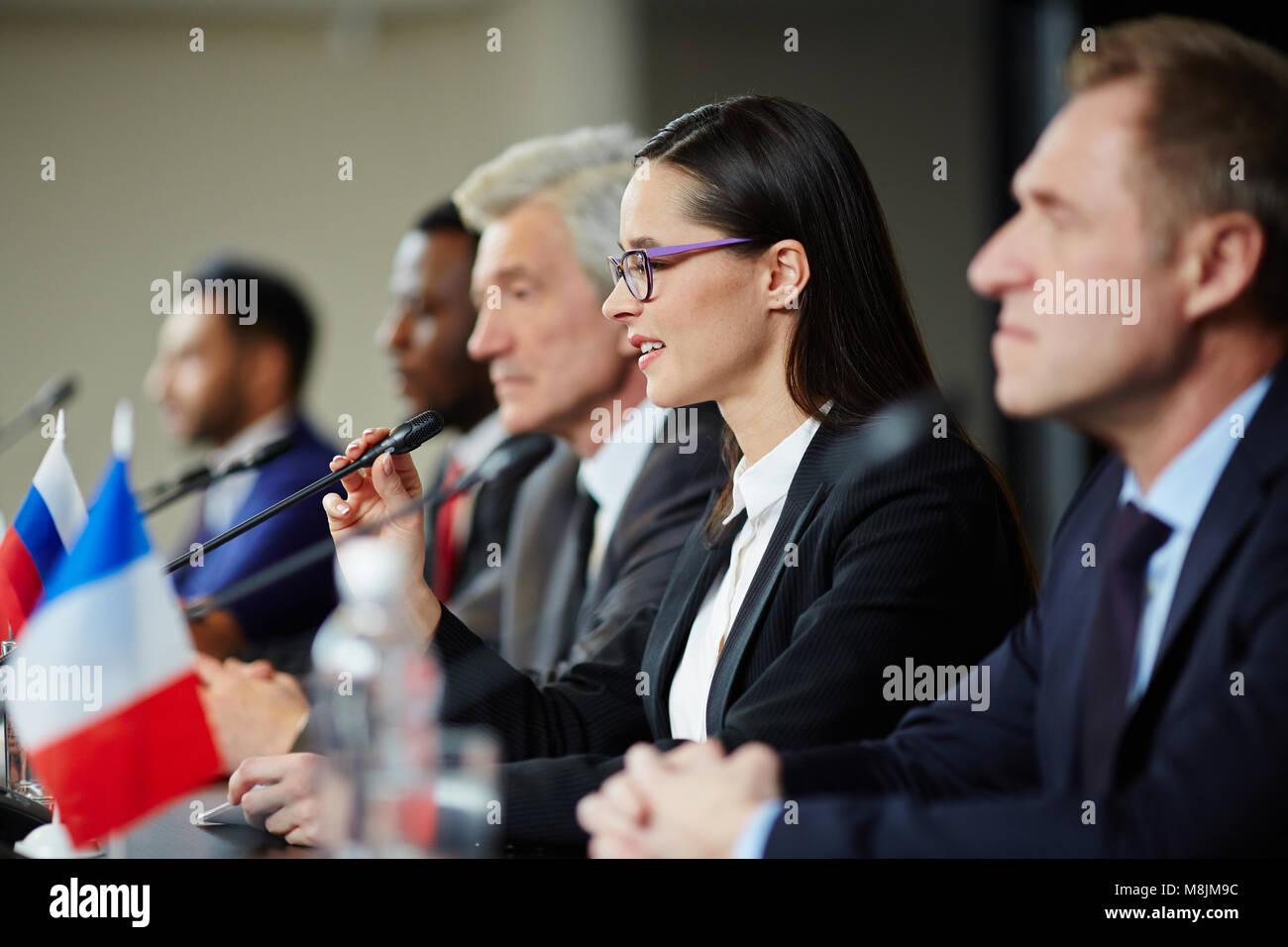 Rapport d'une femme politique Photo Stock