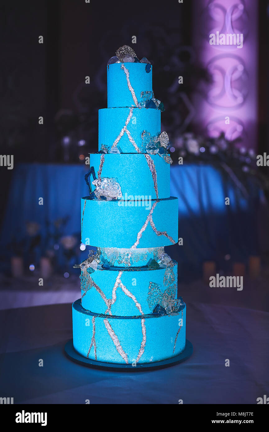 Et son bleu-vert gâteau de mariage de sept niveaux. Photo Stock