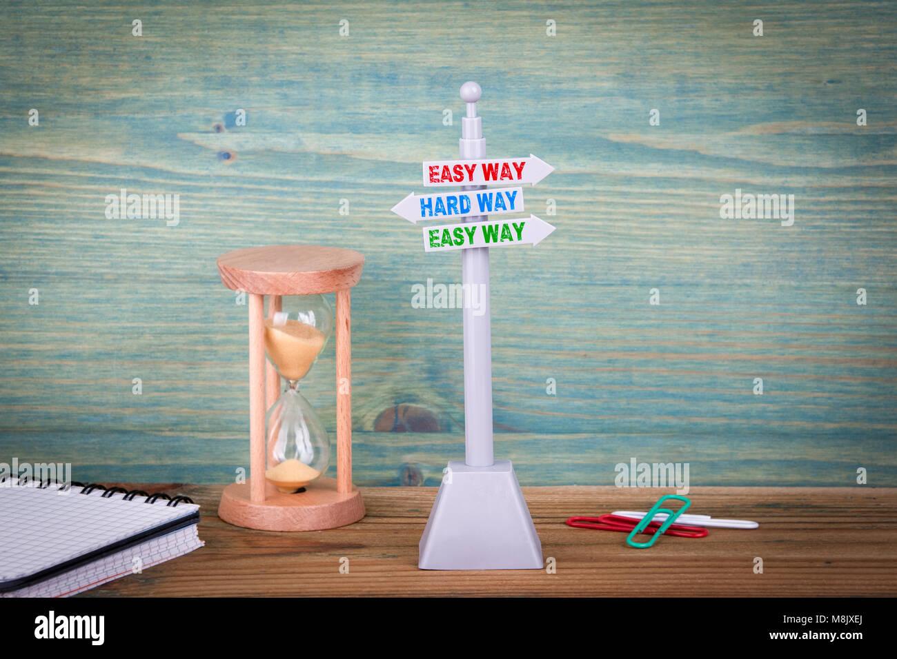 Moyen facile et dure. Enseigne sur table en bois Photo Stock