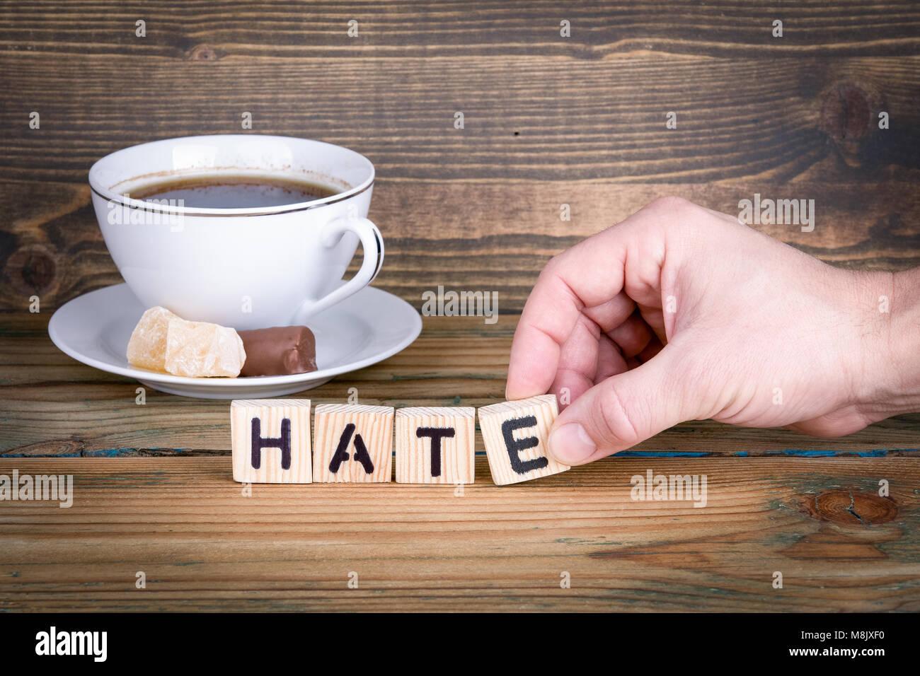 La haine. Lettres en bois sur le bureau d'information et de la communication, bureau arrière-plan Photo Stock