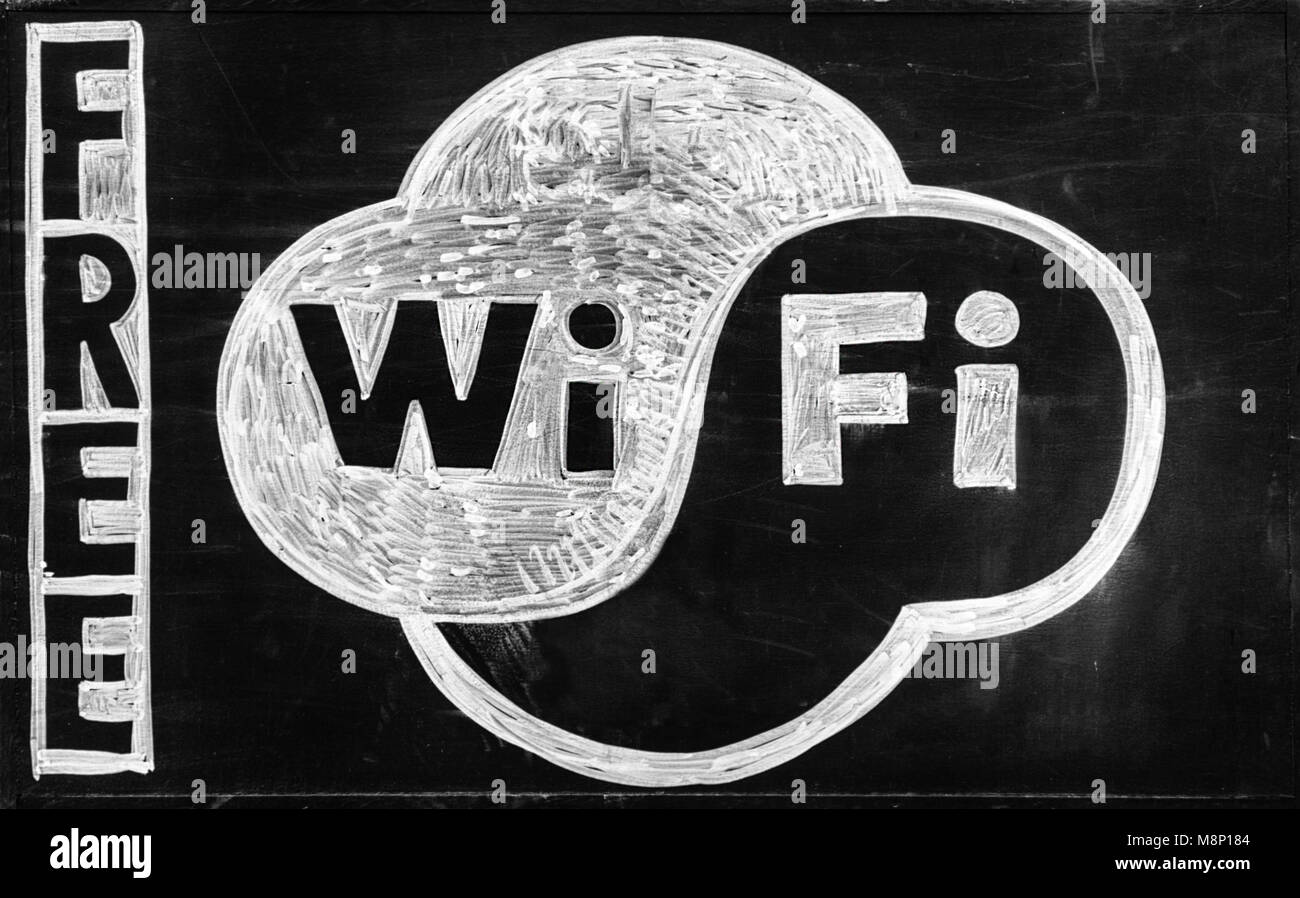 Connexion Wi-Fi gratuite - dimensions sur tableau noir. Close-up. Photo Stock