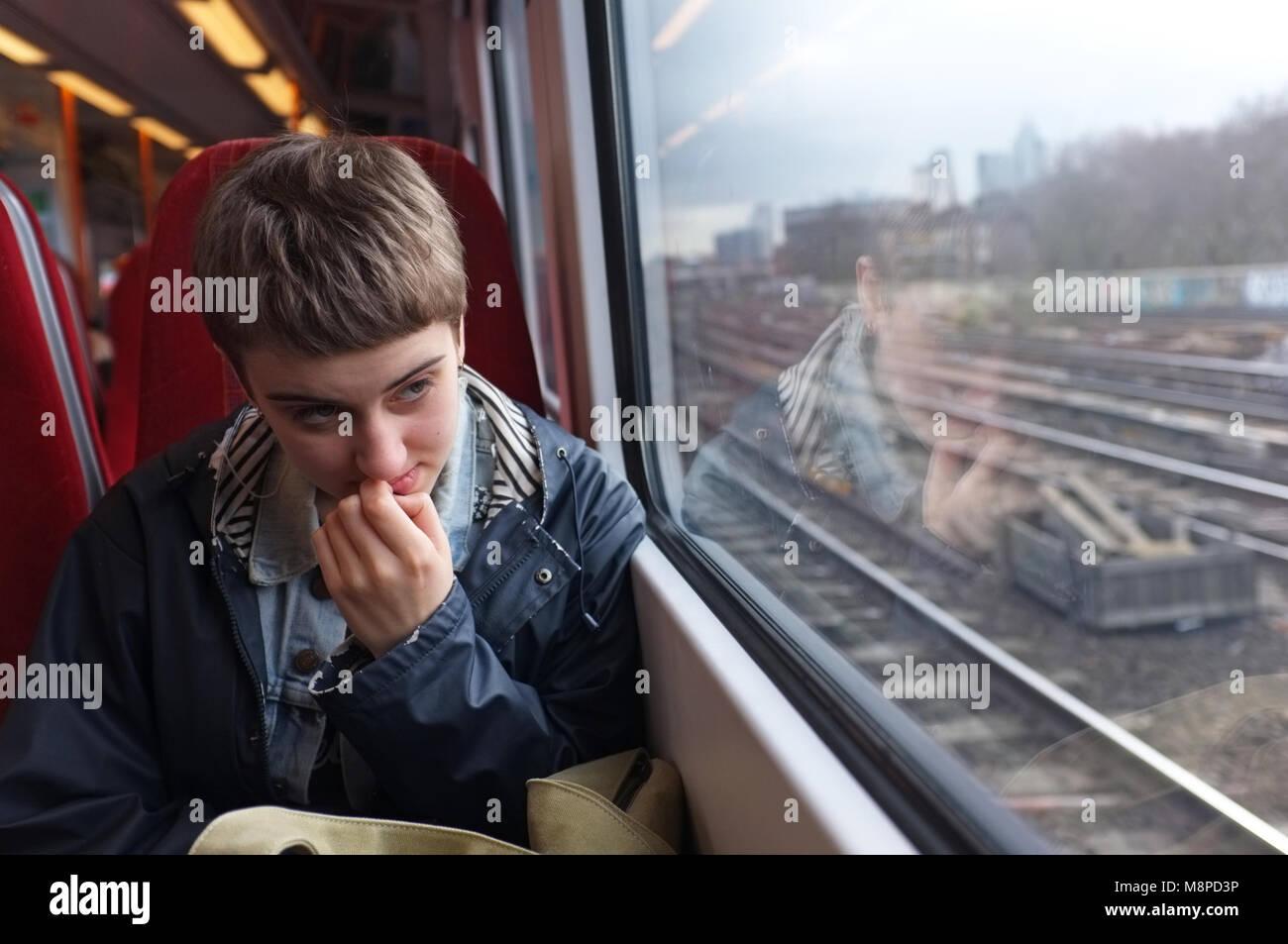 Une fille nerveux dans un train. Photo Stock