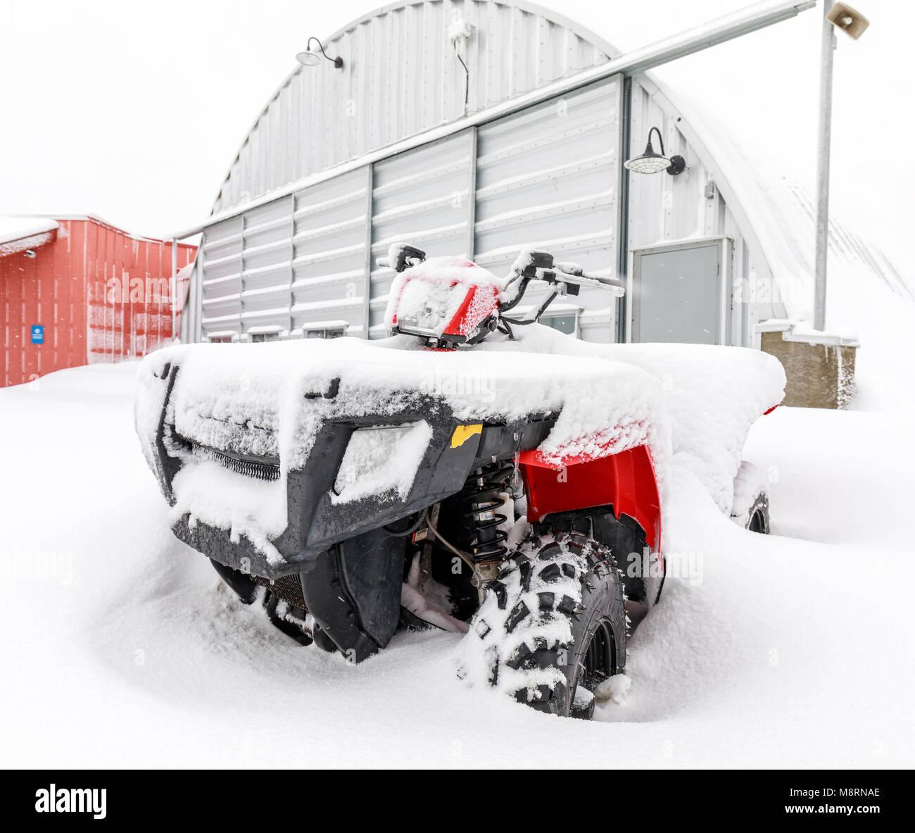 Véhicule tout-terrain, 4 roues ATV, dans la neige, au Manitoba, Canada. Photo Stock