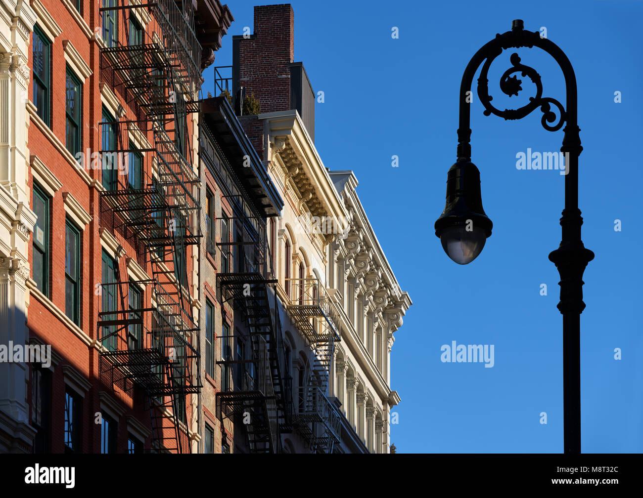 Façades de bâtiment Soho avec des corniches, des sorties de secours et d'un réverbère. Manhattan, Photo Stock