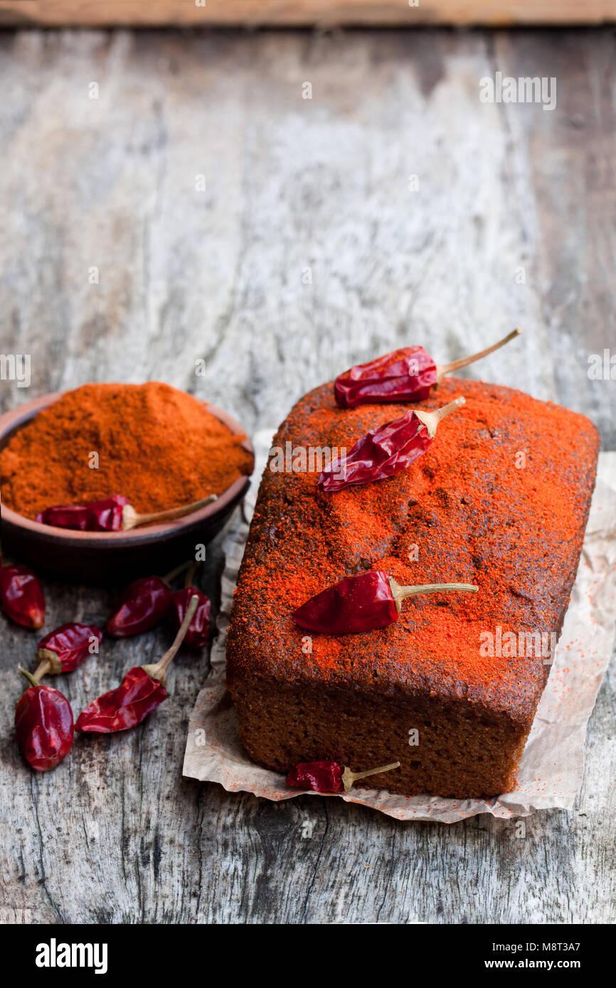 Délicieux gâteau au chocolat avec du piment sur table en bois Photo Stock