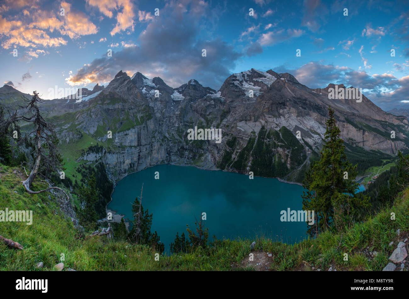 Oeschinen lake magnifique au lever du soleil, le cirque de montagnes qui entourent l'alpine tarn. Peint en couleur, Photo Stock