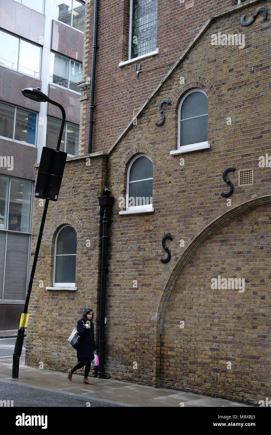 Des barres de support en forme de S pour le renforcement de la paroi à Londres. Photo Stock