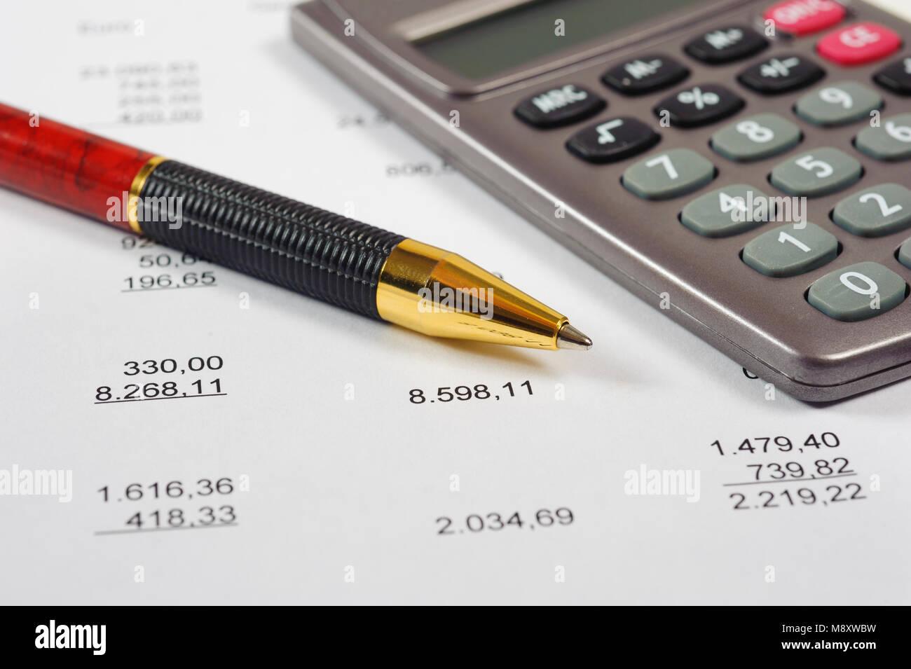 Facture financière avec la calculatrice et stylo Photo Stock